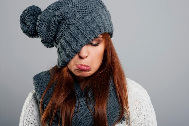 Mulher jovem não gosta de inverno Foto gratuita