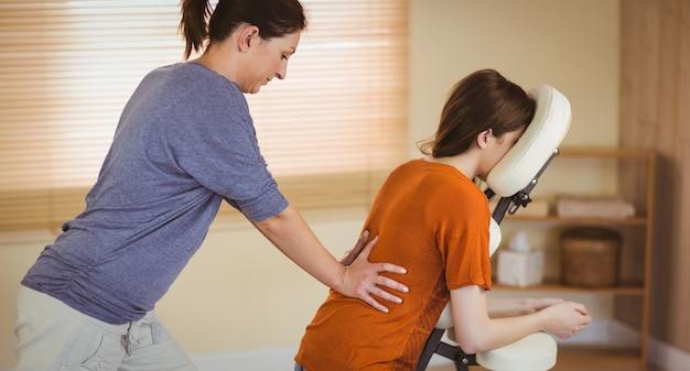 Mulher jovem, obtendo, massagem, em, cadeira Foto Premium