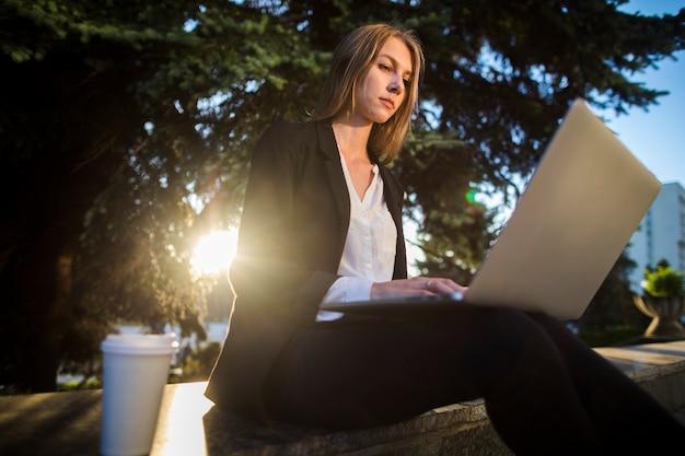 Mulher jovem, olhar, dela, laptop, ângulo baixo, tiro Foto gratuita