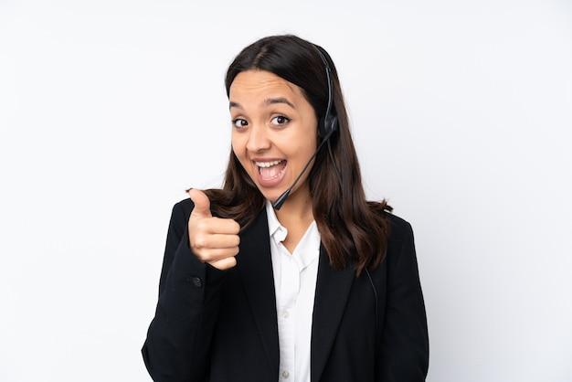 Mulher jovem operador de telemarketing na parede branca com polegares para cima, porque algo de bom aconteceu Foto Premium