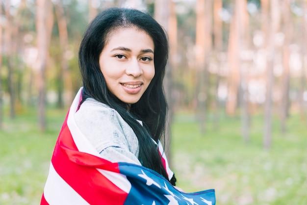 Mulher jovem, parque, com, bandeira eua Foto gratuita