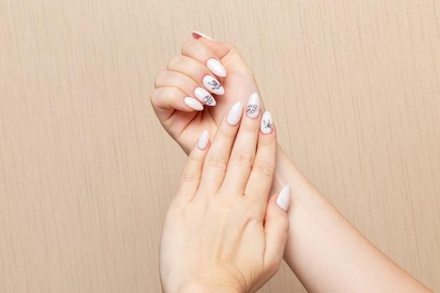 Mulher jovem posando de frente para o procedimento de manicure mostrando suas unhas beleza senhora menina manicure autocuidado saúde moda Foto gratuita
