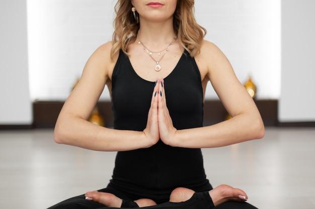 Mulher jovem, prática, ioga, meditação, em, ginásio Foto Premium