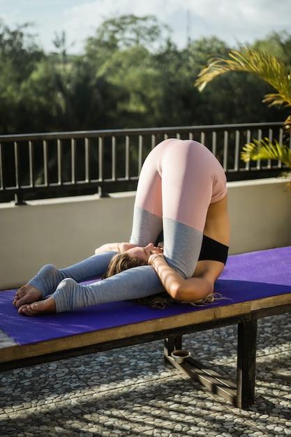 Mulher jovem, prática, ioga Foto gratuita