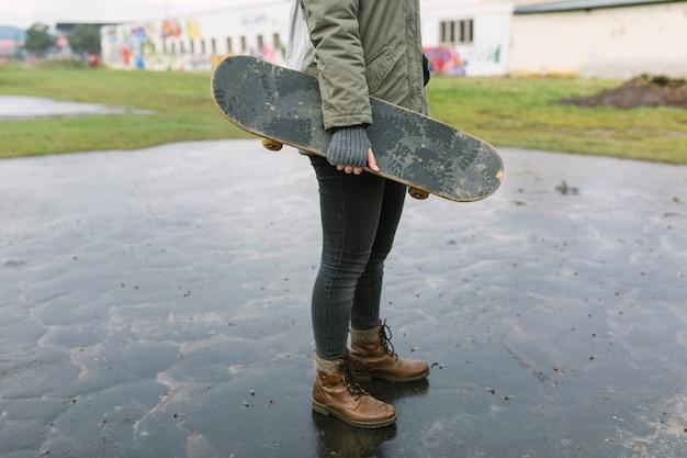 Mulher jovem, pular, skateboard Foto gratuita