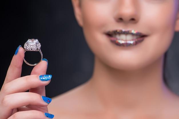 Mulher jovem, recebendo, proposta, com, anel diamante Foto Premium