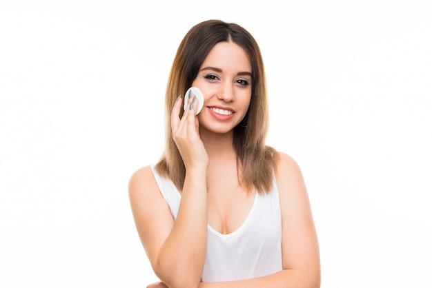 Mulher jovem, removendo, maquilagem, de, dela, rosto, com, almofada algodão Foto Premium
