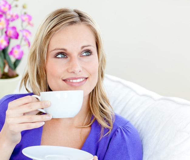 Mulher jovem, segurando, copo Foto Premium