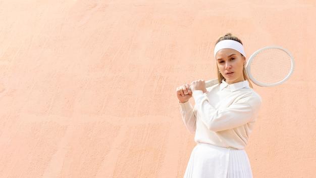 Mulher jovem, segurando raquete tênis Foto gratuita