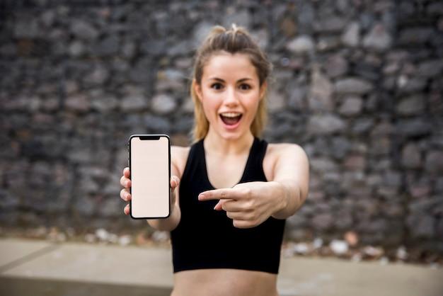 Mulher jovem, segurando, um, smartphone Foto gratuita