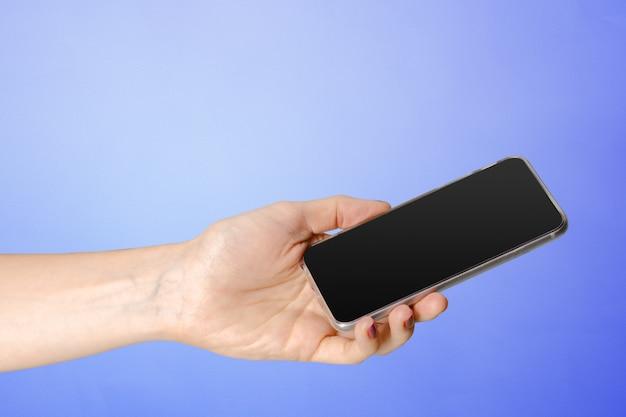 Mulher jovem, segurando, um, telefone móvel Foto Premium