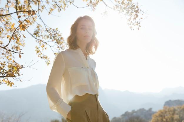 Mulher jovem, silueta, sob, luz solar Foto gratuita