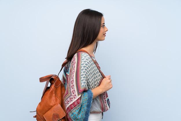 Mulher jovem, sobre, isolado, parede azul, com, mochila Foto Premium