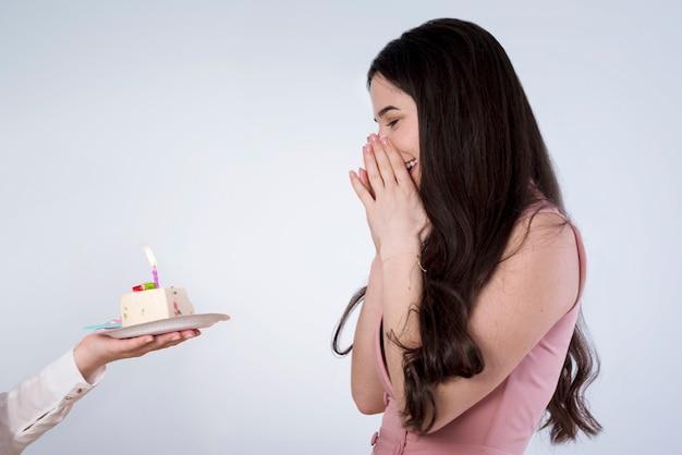 Mulher jovem, soprando, aniversário, vela Foto gratuita