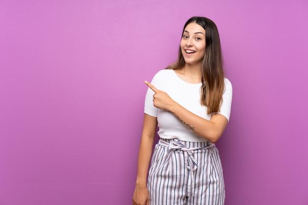 Mulher jovem, surpreendido, e, apontar lado Foto Premium