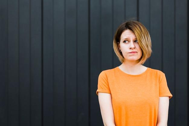 Mulher jovem, tendo, dúvida, e, suspeita, sentimento, algo Foto gratuita