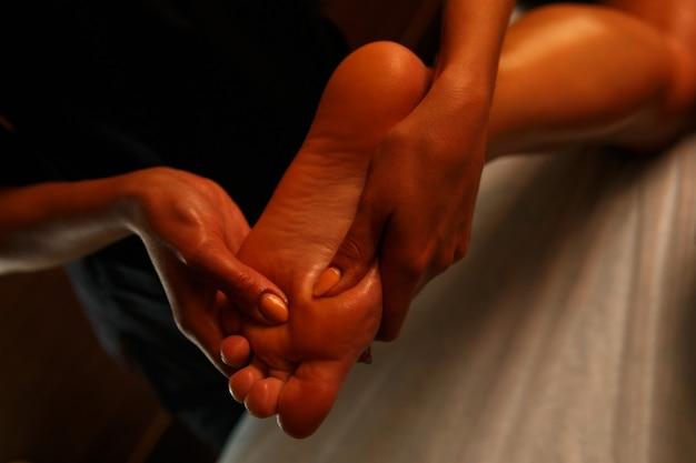 Mulher jovem, tendo, pés, massagem, em, salão beleza Foto Premium