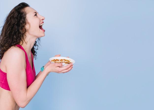 Mulher jovem, tendo, um, refeição saudável Foto gratuita