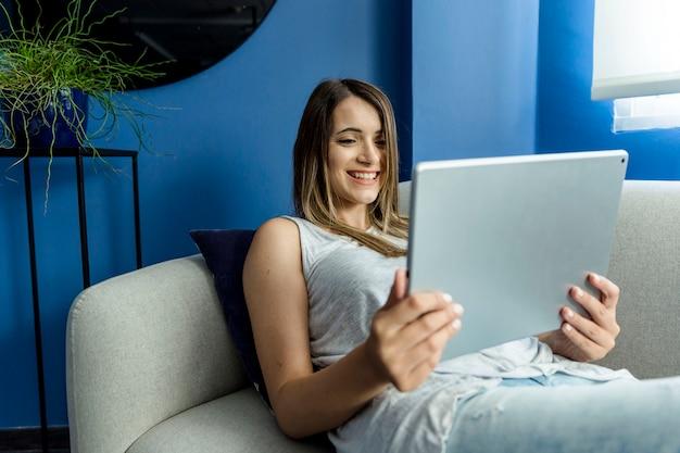 Mulher jovem, tendo, um, videoconference Foto gratuita