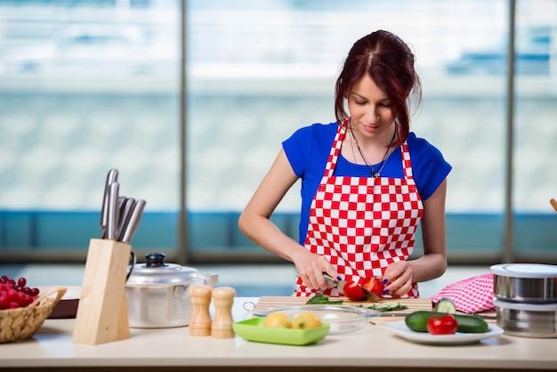 Mulher jovem, trabalhando, cozinha Foto Premium
