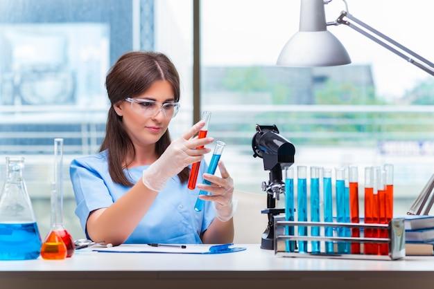 Mulher jovem, trabalhando, em, laboratório Foto Premium