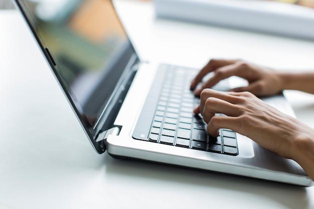 Mulher jovem, trabalhando, laptop Foto Premium