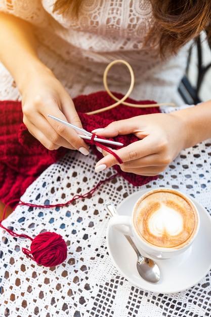 Mulher jovem, tricotando, ligado, terraço, em, café Foto Premium