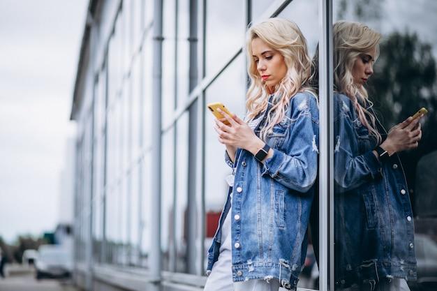 Mulher jovem, usando, telefone, exterior Foto gratuita