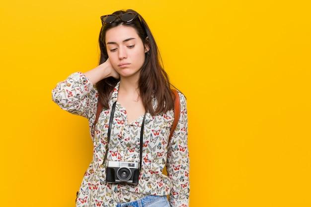 Mulher jovem viajante morena que sofre de dor de garganta devido ao estilo de vida sedentário. Foto Premium