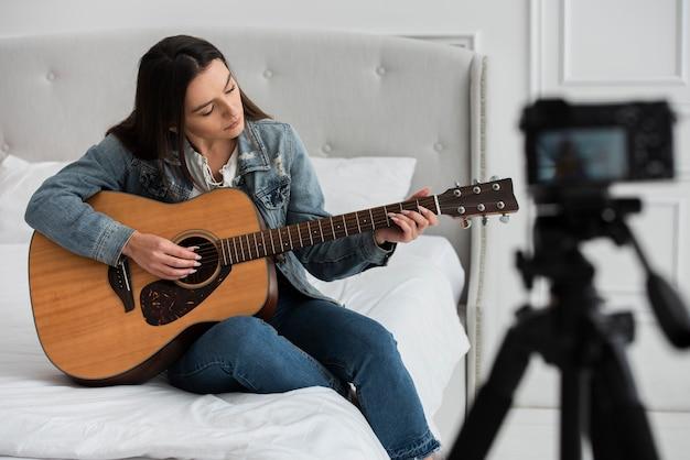 Mulher jovem, violão jogo Foto gratuita