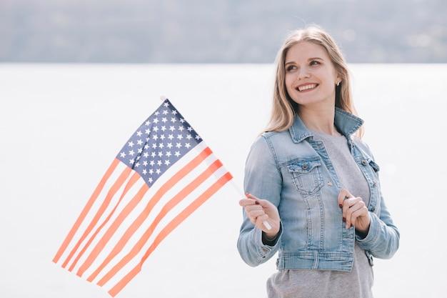 Mulher jovem, waving, bandeira eua Foto gratuita