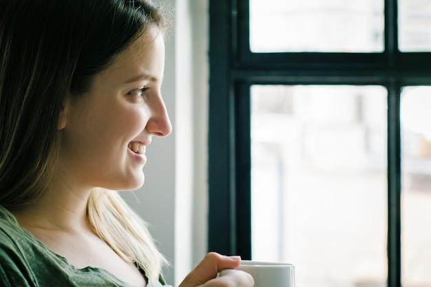 Mulher latina, desfrutando, xícara café Foto Premium