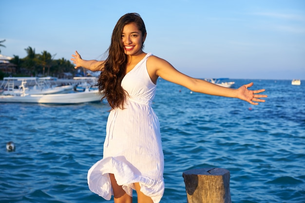 Mulher latina mexicana na riviera maya Foto Premium