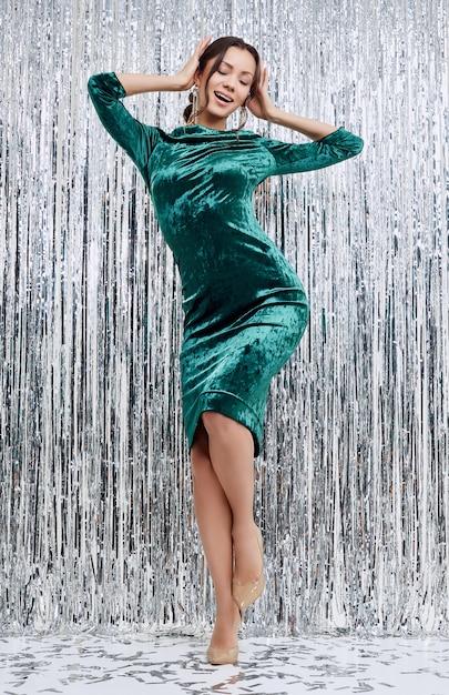 Mulher latina morena sensual elegante lindo usando vestido de moda Foto Premium