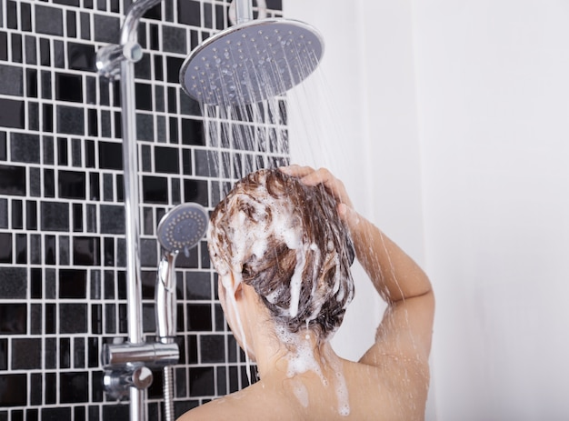 Mulher, lavando, cabeça, cabelo, chuva, xampu, parte traseira, vista Foto Premium