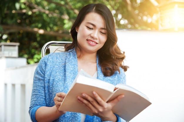 Mulher lendo um livro Foto gratuita