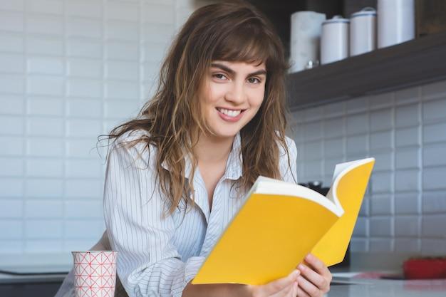 Mulher, lendo um livro Foto Premium