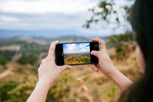 Mulher, levando, foto, com, dela, telefone móvel Foto Premium