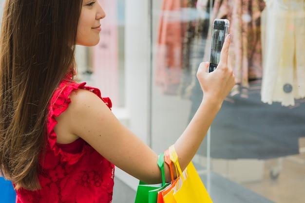 Mulher, levando, quadro, de, roupas Foto gratuita