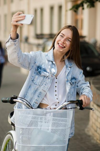 Mulher, levando, um, selfie, com, dela, bicicleta Foto gratuita