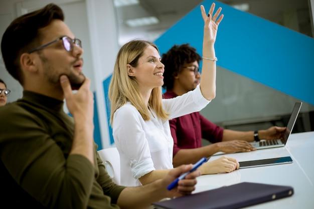 Mulher levantou a mão para a questão na reunião da conferência Foto Premium