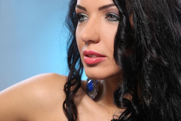 Mulher linda com rosto bonito e maquiagem Foto gratuita