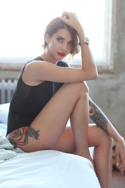 Mulher linda em casa Foto gratuita