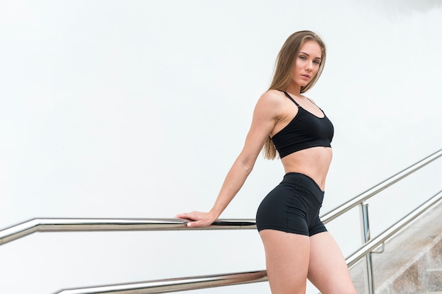 Mulher linda fazendo exercícios de fitness tiro médio Foto gratuita