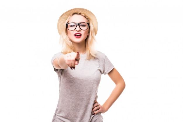 Mulher linda mostrando algo na palma da mão e dedo Foto gratuita