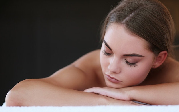 Mulher linda no spa Foto gratuita