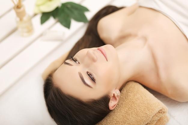 Mulher linda relaxando no spa Foto Premium