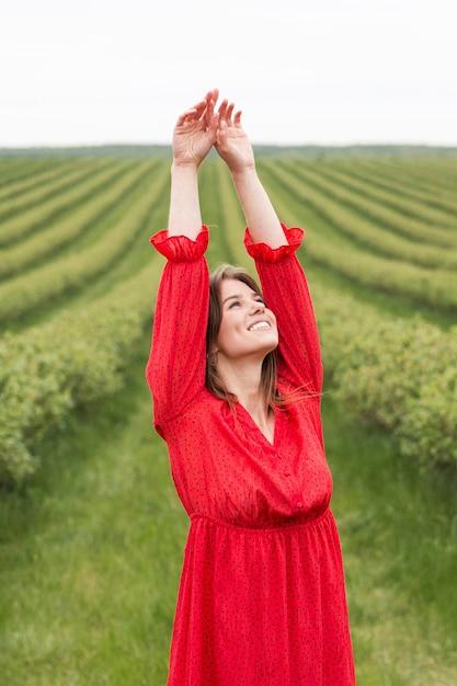 Mulher livre em campo verde Foto gratuita