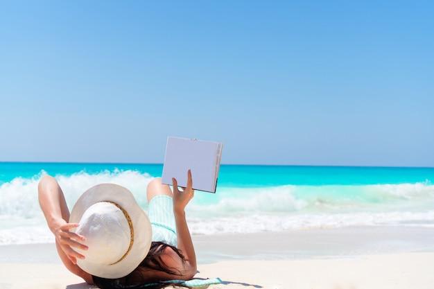 Mulher, livro, litoral Foto Premium