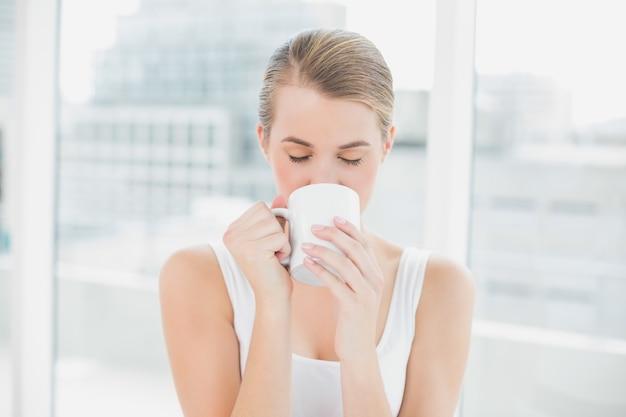 Mulher loira bebendo café Foto Premium